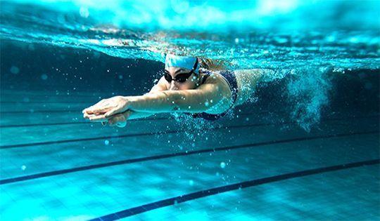La natación supone un ejercicio muy completo